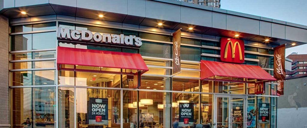 mcdonalds toronto 120 1024x427 - McDonald's planea emplear a más de 4 mil jóvenes hasta el 2021 en el Perú