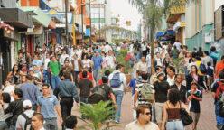 Cientos de personas recorrieron la tarde de este viernes el boulevar de la avenida central en su etapa entre el Mercado Central y el Hospital San Juan de Dios, entregado por el alcalde Johnny Araya a medio dia (05-12-08). Foto: Rafael Pacheco