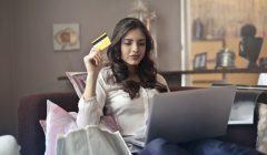 mujer tarjeta de credito pexels photo 919436 240x140 - Más hogares peruanos elevan sus compras con tarjetas en el Perú