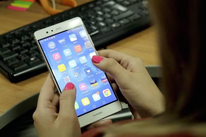 mujer usa celulares tablets - ¿Tu celular está entre el 1.5 millones de equipos móviles que serán bloqueados?
