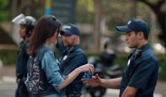 pepsi comercial kendall jenner 240x140 - Pepsi retira su spot luego de recibir una ola de críticas