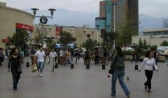 personas caminando chile 240x140 - En Chile sube al doble el precio de venta y arriendo en ejes comerciales