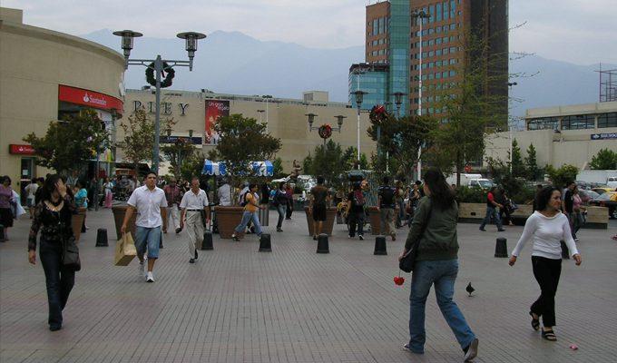 personas caminando chile - El retail en Chile: el panorama incierto de un comercio en auge