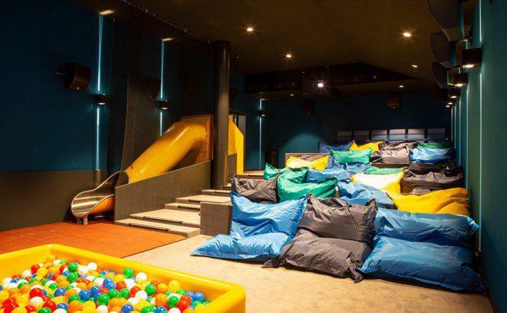 sala niños suiza - ¿Sabías que en Suiza existe un cine que en vez de asientos ofrece camas?
