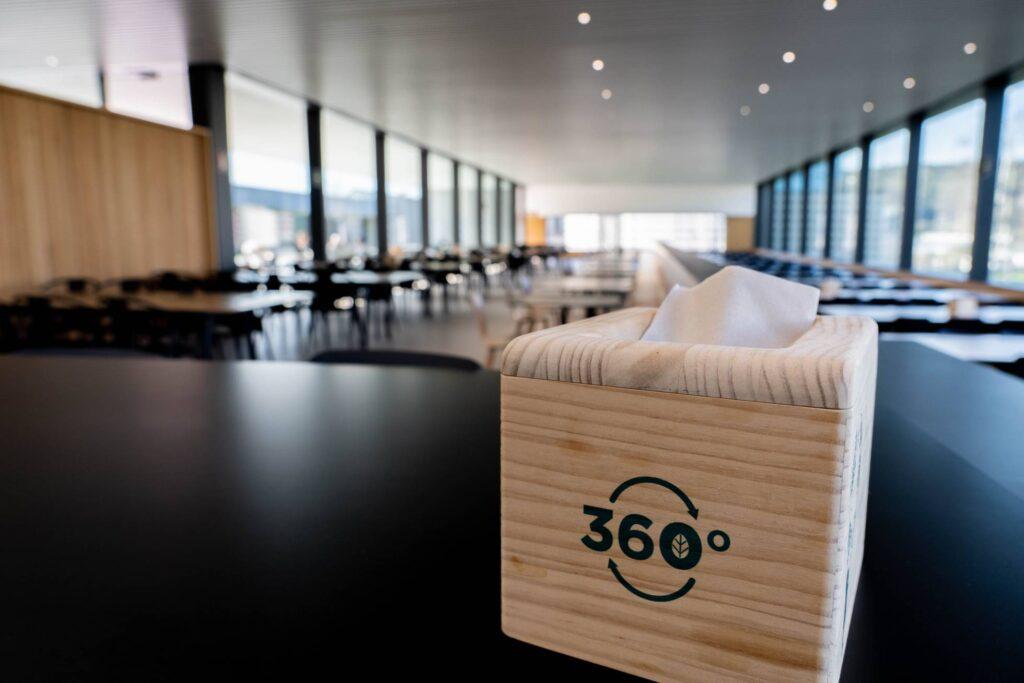 servilletero de madera zara 1024x683 - Así es el comedor sostenible donde van los empleados de Zara