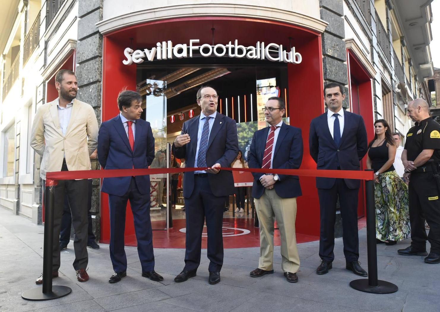 sevilla tienda 2 - Sevilla FC inaugura exclusiva tienda en España