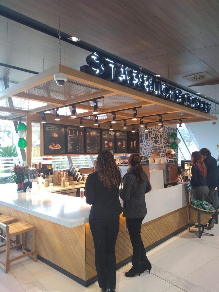 starbucks clinica 768x1024 - Perú: Conoce la nueva cafetería de Starbucks que funciona dentro de una clínica