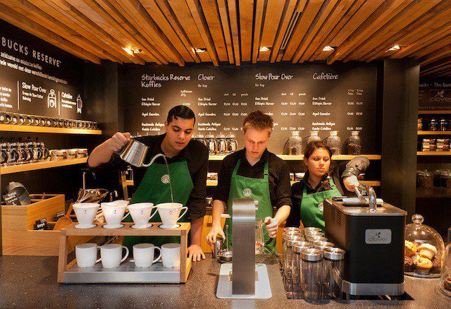 starbucks coffee employees - Los nuevos formatos de Starbucks y su plan piloto para expandirse en Perú