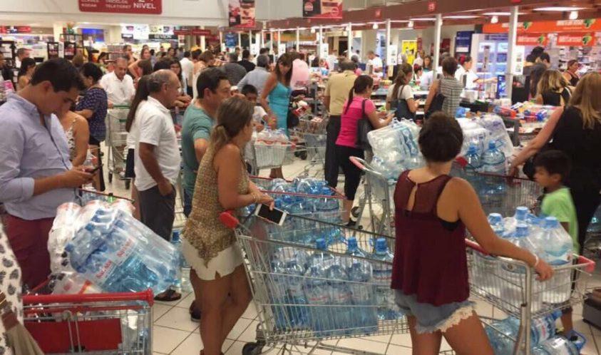 supermercados agua - Limeños abarrotan supermercados para comprar agua
