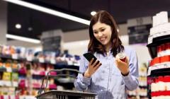 スーパーマーケットで食料品を購入する若い女性
