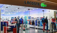 ventanas de la tienda de lacoste en un centro comercial moscú 38870250 240x140 - Lacoste toma el control total de su negocio en México, Perú y Colombia