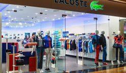 ventanas de la tienda de lacoste en un centro comercial moscú 38870250 248x144 - Lacoste abrió su cuarta tienda en Bogotá