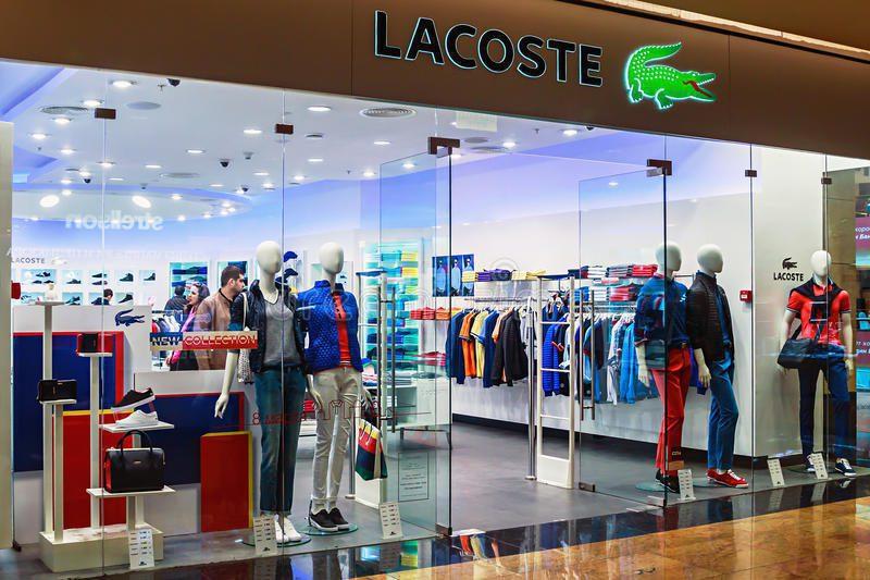 ventanas de la tienda de lacoste en un centro comercial moscú 38870250 - Lacoste abrió su cuarta tienda en Bogotá
